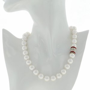 ALISSA - Here is a classic piece, enriched with a crystal rodhium studded magnet closing!